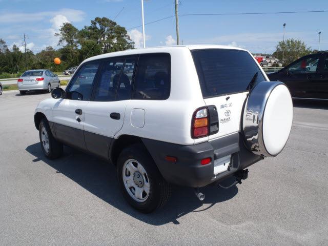 toyota rav4 1998 white suv gasoline 4 cylinders front wheel drive 5 rh photoofcar com 1998 toyota rav4 manual transmission problems 1998 toyota rav4 manual shift cable