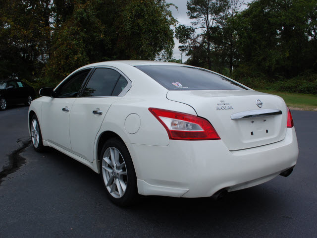 nissan maxima 2009 white sedan 3 5 s gasoline 6 cylinders front wheel drive automatic 27330. Black Bedroom Furniture Sets. Home Design Ideas