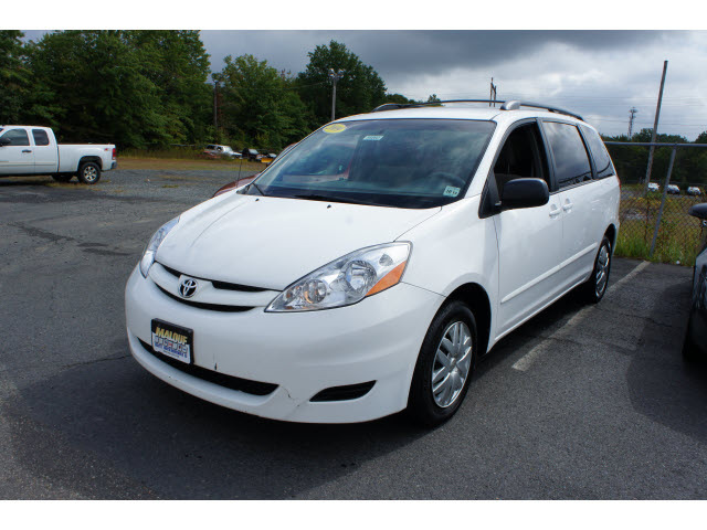 Toyota Sienna 2009 White Van Le 7 Passenger Gasoline 6 Cylinders Front Wheel Drive Automatic With Overdrive 08902