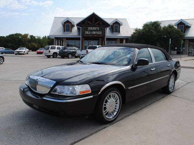 lincoln town car 2009 black sedan signature limited gasoline 8 cylinders rear wheel drive. Black Bedroom Furniture Sets. Home Design Ideas