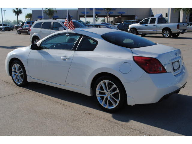 nissan altima 2009 white coupe 3 5 se gasoline 6 cylinders front wheel drive autostick 77065. Black Bedroom Furniture Sets. Home Design Ideas