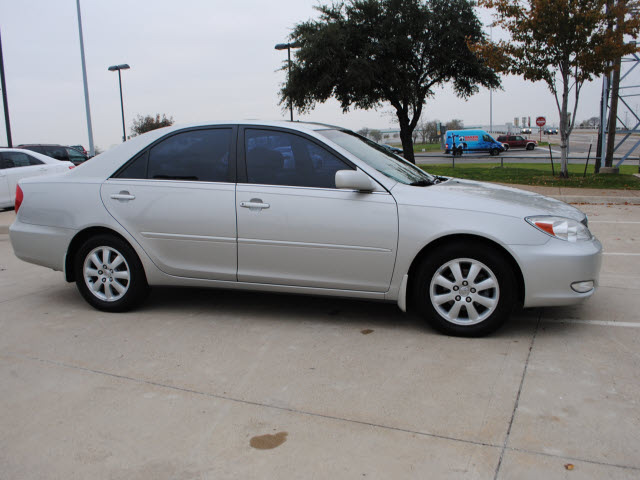 toyota camry 2004 silver sedan xle gasoline 4 cylinders front wheel drive automatic 75228. Black Bedroom Furniture Sets. Home Design Ideas