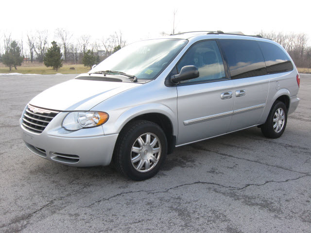 chrysler town country 2005 silver van touring gasoline 6 cylinders front wheel drive automatic. Black Bedroom Furniture Sets. Home Design Ideas