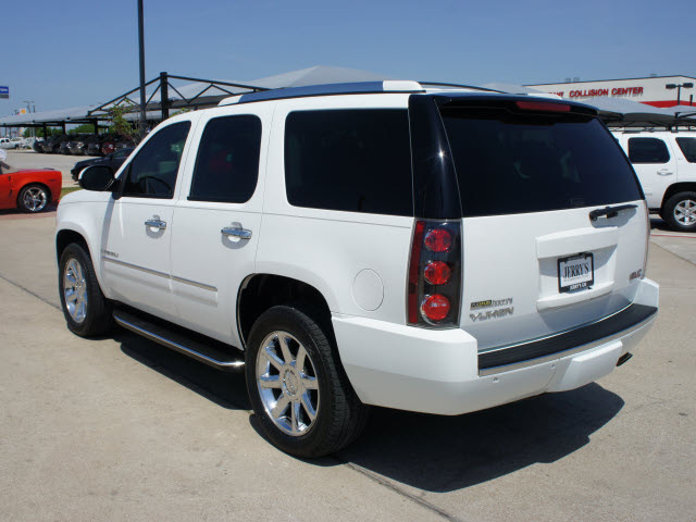Gmc Yukon White Suv Denali Gasoline Cylinders All Whee Drive Automatic on 2009 Gmc Acadia In Cylinders