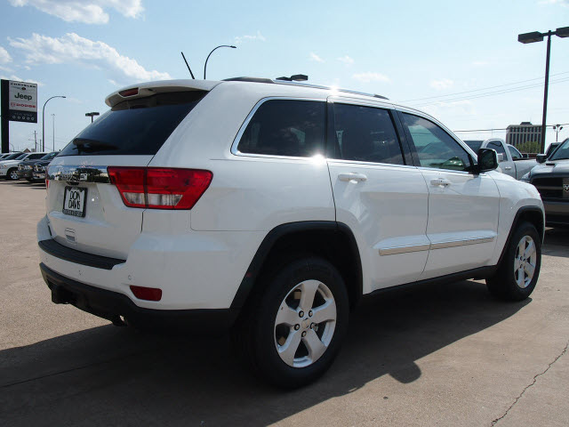 jeep grand cherokee 2013 white suv laredo gasoline 6 cylinders 2 wheel drive automatic 76011. Black Bedroom Furniture Sets. Home Design Ideas