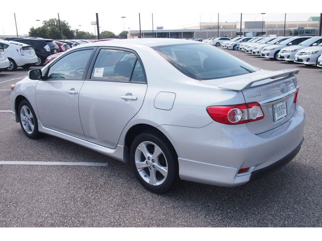 toyota corolla 2013 silver sedan s gasoline 4 cylinders front wheel drive automatic 77074. Black Bedroom Furniture Sets. Home Design Ideas